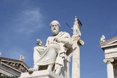 Estatuas neoclásicos del filósofo griego Platón y la diosa Atenea fuera de la Academia de Atenas. Uno de los hitos más importantes de Atenas, Grecia.