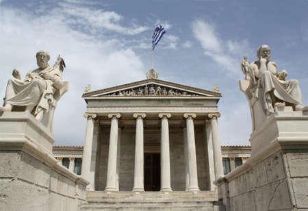 Neoclásico Academia de Atenas en Grecia mostrando el edificio principal y estatuas de la antigua philosopers griego Platón (izquierda) y Sócrates (derecha). Las estatuas de la diosa Palas Atenea y Apolo están detrás. La Academia de Atenas es el más alto es de investigación Foto de archivo