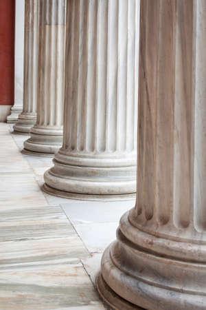 Nahaufnahme der Reihe der neoklassischen griechischen Säulen in der Vorhalle des archäologischen Museums von Athen, Griechenland.