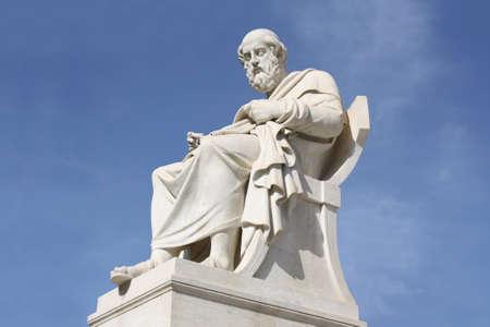 neocl�sico: Estatua del siglo XIX de estilo neocl�sico del antiguo fil�sofo griego Plat�n fuera de la Academia de Artes de Atenas, en Grecia.