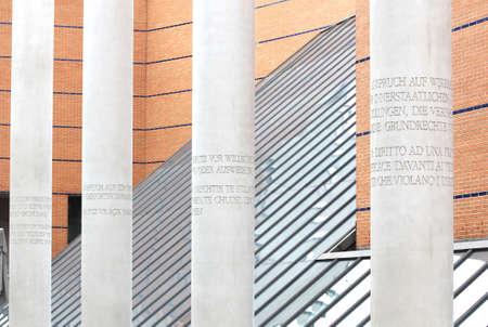 diritti umani: Norimberga, Germania - 21 settembre Strada dei Diritti Umani con il Museo Nazionale Germanico nei precedenti pilastri in calcestruzzo incisi con articoli della 1948 Dichiarazione Universale dei Diritti dell'Uomo creato da Dani Karavan nel 1993 Editoriali