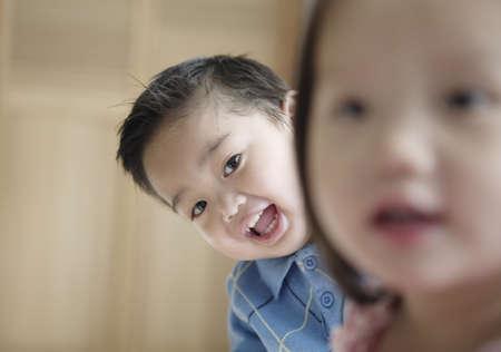 seres vivos: Chico joven y niña sonriente mirando a la cámara LANG_EVOIMAGES
