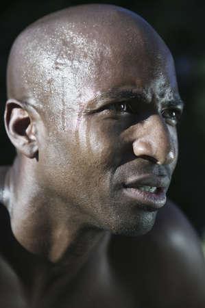 determines: L'uomo che guarda avanti con il sudore colava lungo la testa