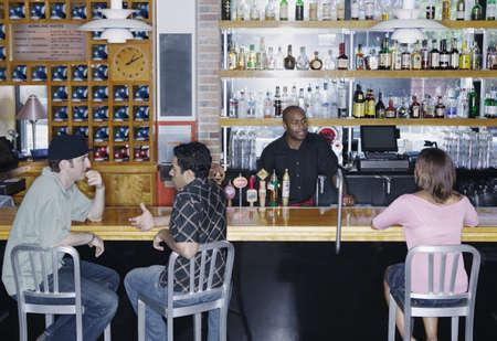 knees bent: Le persone si siedono in un bar