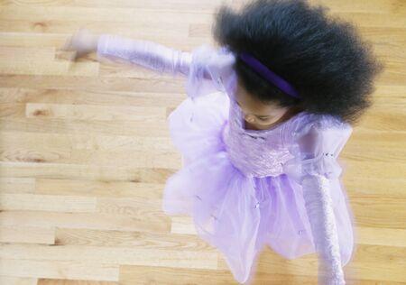 african dance: Vista de ángulo alto de una joven chica bailando en traje de ballet