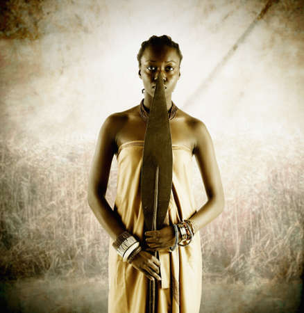 dignidad: Retrato de una mujer tribal joven mirando a la c�mara