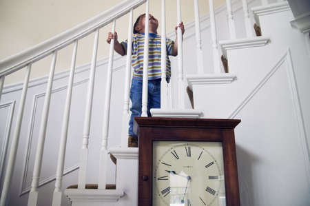 climbing stairs: Baby Boy salire le scale LANG_EVOIMAGES