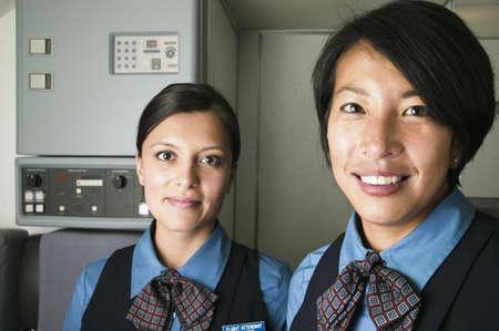 hotesse de l air: Portrait de deux jeune femme souriante h�tesse de l'air