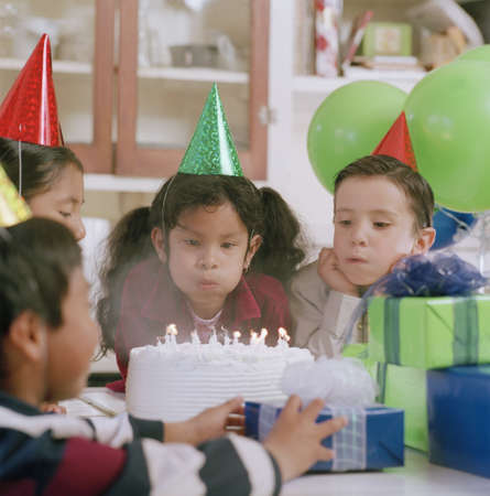 largesse: Group of children celebrating at a birthday party LANG_EVOIMAGES