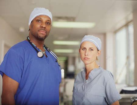 seres vivos: El personal m�dico de pie en un pasillo del hospital