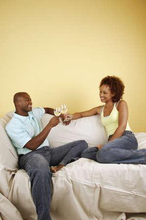 seres vivos: Joven pareja brindando con copas de vino LANG_EVOIMAGES