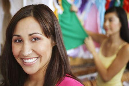 seres vivos: Primer plano de una joven sonriente en un centro comercial