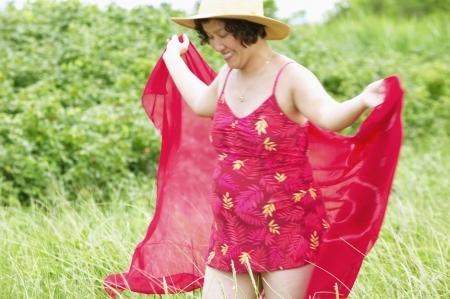 Woman at in einem Badeanzug und ein Strand Hut