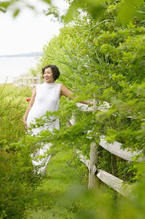 desolaci�n: Mediados de adultos mujer de pie apoyado en una valla