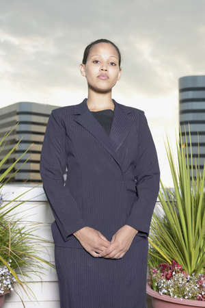 hauteur: Portrait of a young businesswoman standing looking at camera LANG_EVOIMAGES