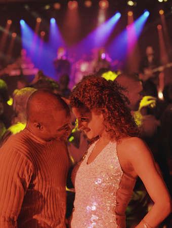 cabello casta�o claro: Joven pareja bailando juntos en una discoteca