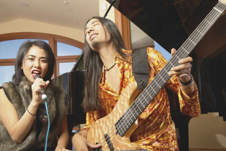 seres vivos: Los adultos jóvenes que juegan en una banda LANG_EVOIMAGES