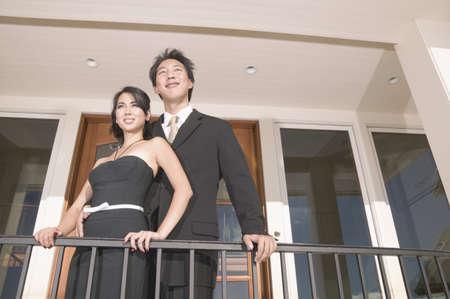 baranda para balcon: Joven pareja de pie juntos en un balcón