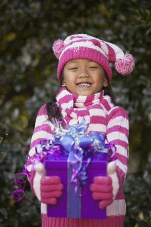 bobble: Portrait of a girl holding a gift LANG_EVOIMAGES