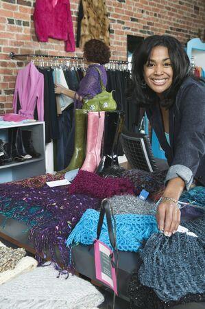 Dos mujeres jóvenes de compras en una tienda Foto de archivo - 16045750