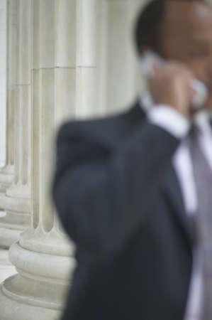 mid adult man: Hombre de mediana edad hablando por un tel�fono m�vil LANG_EVOIMAGES