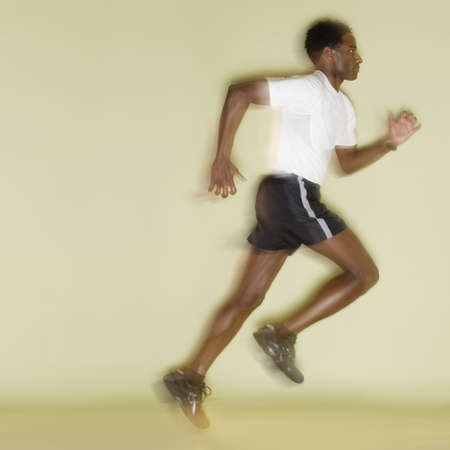 mid adult man: Perfil lateral de un hombre de mediana edad corriendo