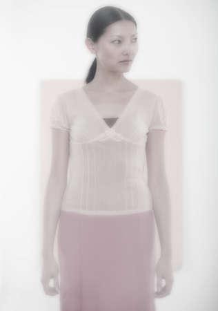 looking sideways: Mid adult woman looking sideways LANG_EVOIMAGES
