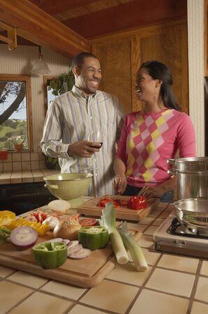 mid adult couple: Pareja de mediana edad de pie en una cocina