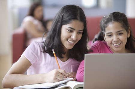 onderwijs: Twee meisjes met een laptop LANG_EVOIMAGES