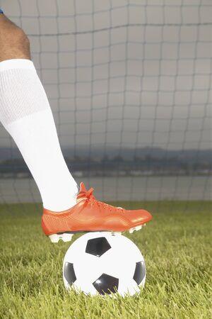 Vista de un pie futbolistas en un balón de fútbol Foto de archivo - 16046511