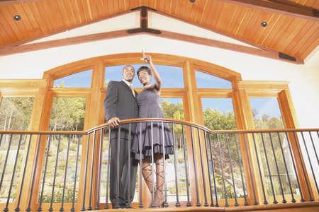 baranda para balcon: Joven pareja de pie en un balcón LANG_EVOIMAGES