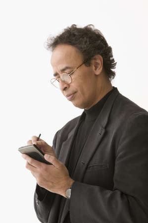datos personales: Hombre maduro operar un asistente de datos personales
