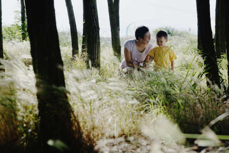 some under 18: Mother and son together outdoors LANG_EVOIMAGES