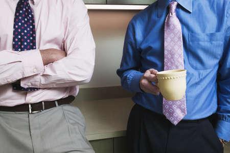 corporal language: Dos hombres de negocios de pie juntos
