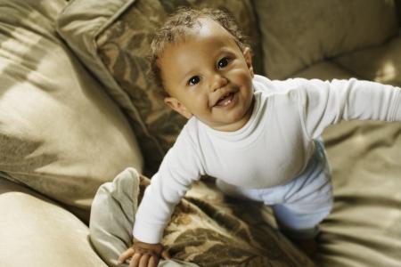 bebe gateando: Bebé intenta ponerse de pie