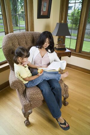Mother reading to daughter Stockfoto