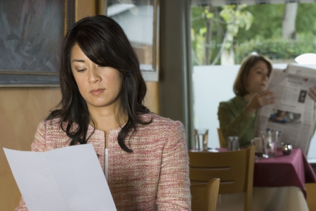 여자는 레스토랑에 앉아 스톡 콘텐츠