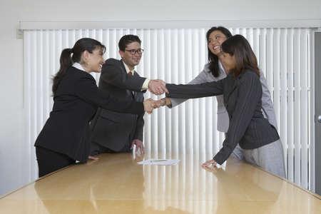 toma de decisiones: Los profesionales de negocios se dan la mano en un acuerdo