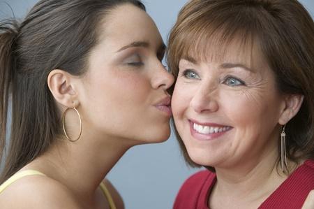 my dear: Teenage ragazza che bacia sua madre sulla guancia