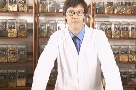 herbolaria: Retrato de un médico masculino en una tienda