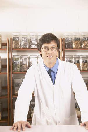 herbolaria: Retrato de un hombre médico sonriente en una tienda