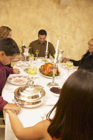 familia orando: Familia sentada en una cena de acci�n de gracias LANG_EVOIMAGES
