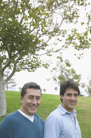mixed age range: Retrato del padre y del hijo en un parque