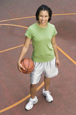 basketball girl: Retrato del adolescente con el baloncesto en la cancha