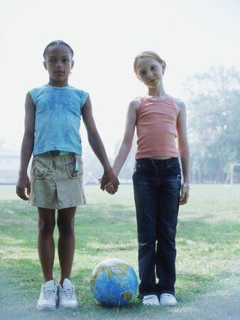 girls holding hands: Vista completa retrato de dos ni�as de la mano LANG_EVOIMAGES