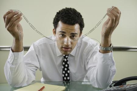 Zakenman staren paperclip ketting