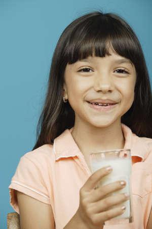 bebes niñas: Chica joven que sostiene un vaso de leche