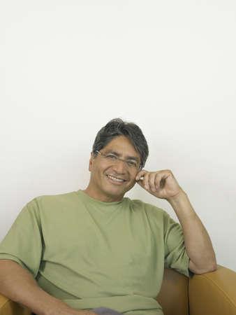 hombre sentado: Hombre sentado sonriendo a la c�mara LANG_EVOIMAGES
