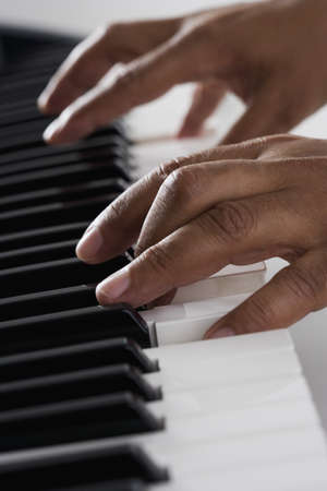 teclado de piano: Primer plano de las manos tocando el piano
