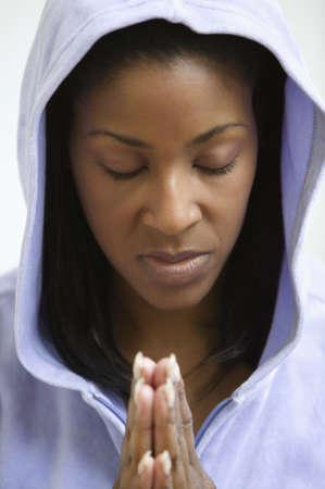 mujer rezando: Mujer afroamericana orando